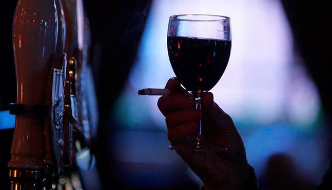 Beber y fumar en exceso, vinculado a signos visibles de envejecimiento